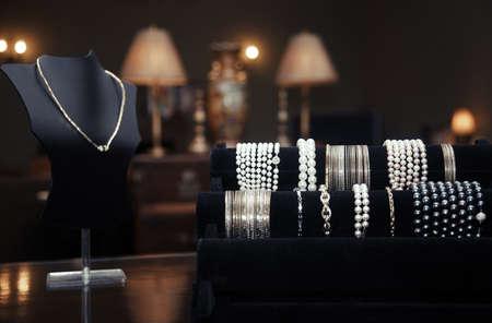 manikin: Surtido de joyas en una tienda de joyas. Vista de primer plano