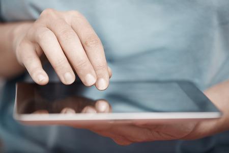 partes del cuerpo humano: Las manos humanas que trabajen con la tableta digital Foto de archivo