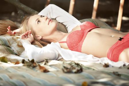 jungen unterw�sche: Elegante Dame in rosa Dessous Entspannung im Freien