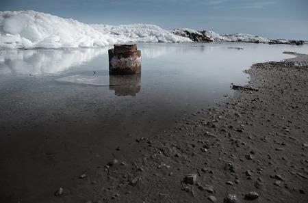 puits de petrole: Rouill�e puits de p�trole abandonn�s � l'endroit le nord