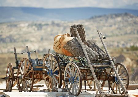 carreta madera: Carro de madera vieja en la aldea de Turqu�a