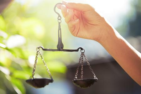 validez: Mano de mujer con escalas. Foto horizontal