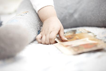 chłopięctwo: Ręka malucha płacenia kartą rozwoju Zdjęcie Seryjne