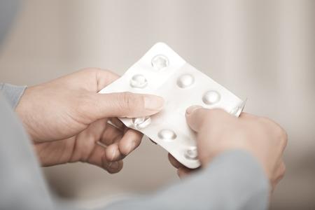 medicament: Manos de mujer que sostienen paquete de medicamento Foto de archivo