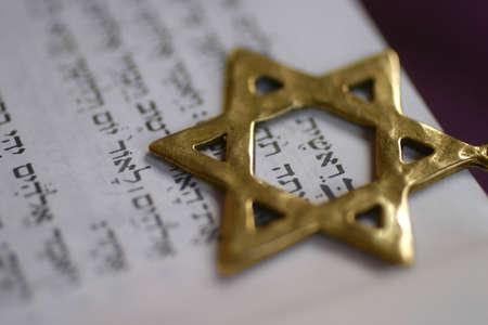 etoile juive: A Golden Star de David, symbole juif, sur le premier mot du livre de la Gen�se.