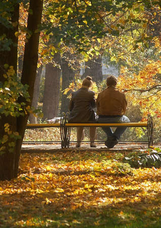 banc de parc: Réunion d'automne de couple d'âge moyen Banque d'images