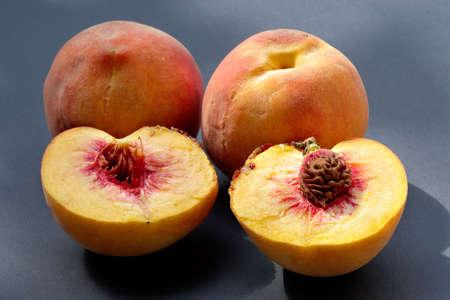 charnu: Ripe juicy fleshy couper les p�ches