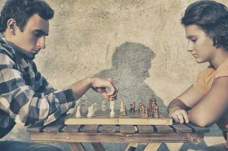 jugando ajedrez: Pareja jugando al ajedrez Foto de archivo