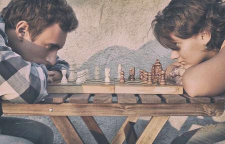 jugando ajedrez: Hombre y una mujer jugando al ajedrez