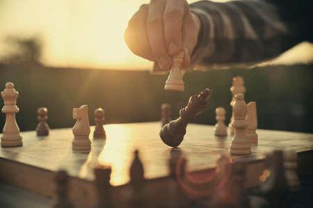 jugar: El hombre jugando al ajedrez