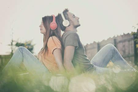 Boy et girll écouter de la musique sur le casque Banque d'images