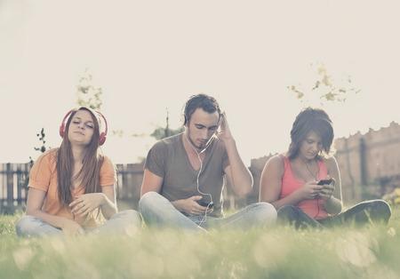 listening music: El muchacho y la muchacha que escucha la m�sica en los auriculares