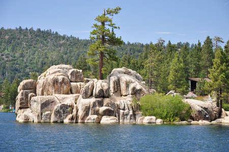 ile au tresor: Treasure Island est situ� sur Big Bear Lake, � Boulder Bay. Banque d'images
