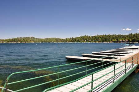 Vista del muelle de barcos vacíos en el Lago Arrowhead en el sur de California. Foto de archivo - 10619434