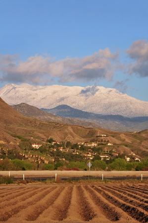 arando: Majestic Monte San Jacinto se eleva por encima de las tierras agrícolas en el sur de California.
