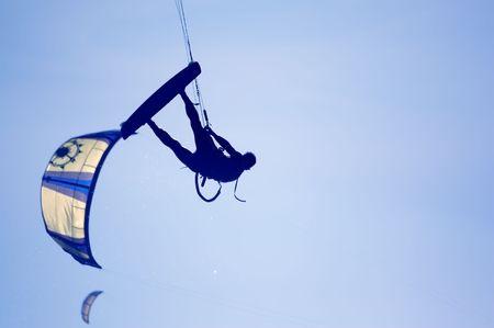 kite surfing: kitesurfen, silhouet van Spotief op blauw