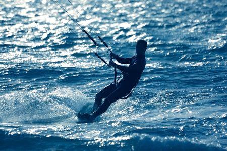 kitesurfen: kitesurfen, silhouet van Spotief op blauw