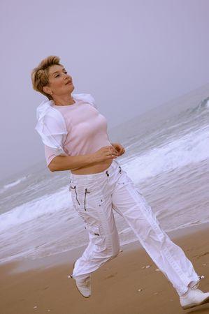 hermosas mujeres maduras corriendo en una playa de mar  Foto de archivo - 2862914