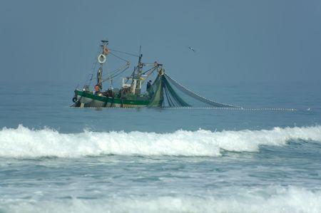 redes pesca: barco de pesca en un mar