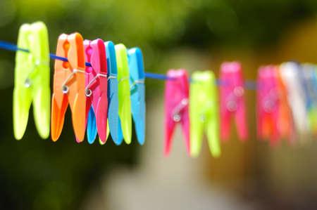 ropa colgada: La ropa multicolor en el pasador de la cuerda