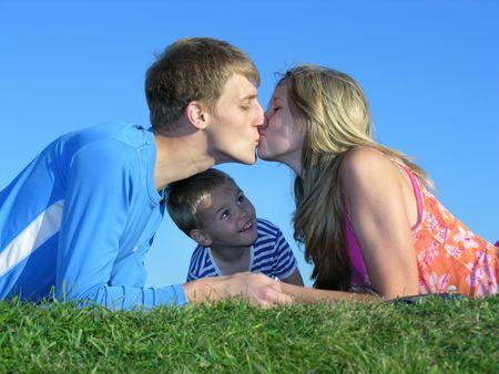 curare teneramente: Genitore  's bacio e figlio