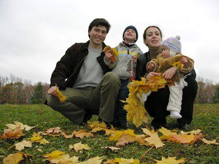 Familia de cuatro personas con las hojas de otoño  Foto de archivo - 262210