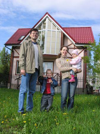 fachada de casa: La familia y el hogar. Primavera