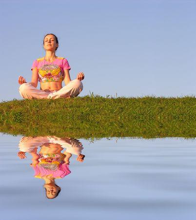 reflexion: Niña de la meditación cielo azul y el agua  Foto de archivo