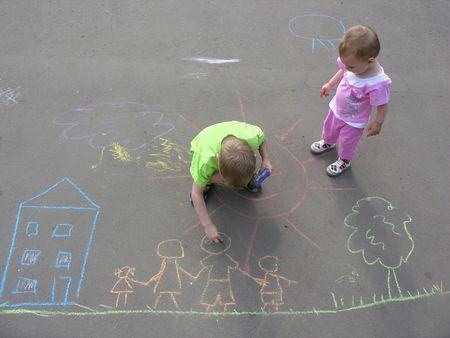 dessin enfants: les enfants en s'appuyant sur l'asphalte maison familiale  Banque d'images