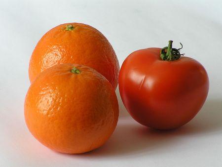 potentiality: En la imagen un tomate y 2 mandarinas. La foto est� aislado. La foto se hizo en Ucrania.  Foto de archivo