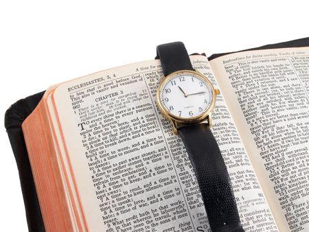 Biblia abierta a Eclesiastés 3 (tiempo) con el hombre del reloj de pulsera