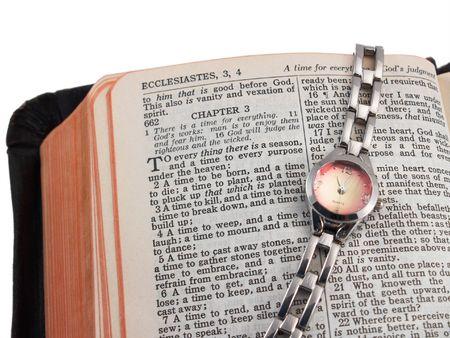 Biblia abierta a Eclesiastés 3 (un tiempo para cada cosa), con reloj de pulsera de plata