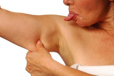 sgomento: Donna che attacca verso lesterno la linguetta nella repulsione al flab indesiderabile