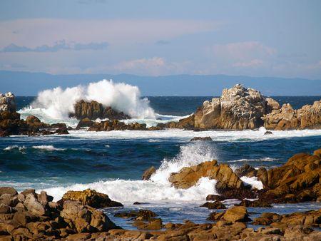 encrespado: Practique surf romper rocas excesivas en la costa pac�fica cerca de Monterey