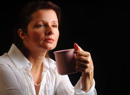m�lancolie: Belle dame dans une ambiance m�lancolique d'une tasse de caf�  Banque d'images