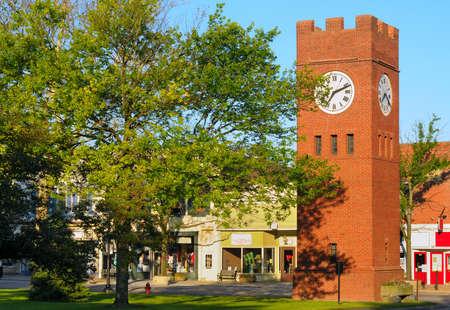 yesteryear: Village viejo verde con torre del reloj en Hudson, Ohio