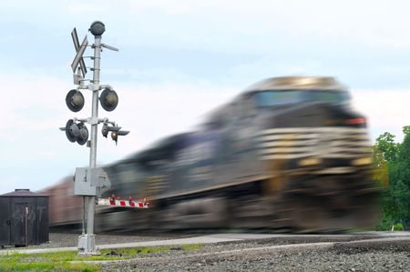 flashers: Locomotora de velocidad durante un cruce de grado, con mayor movimiento borroso Foto de archivo