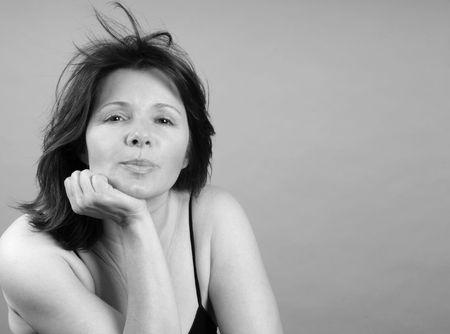 ambivalence: Jolie femme avec un look de bemused attente
