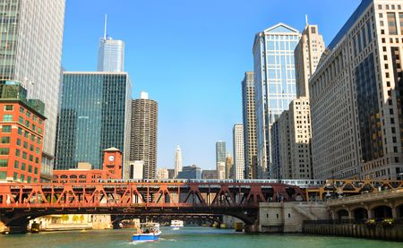 illinois river: Buildings and bridges, with an elevated train, looming above the Chicago River Stock Photo