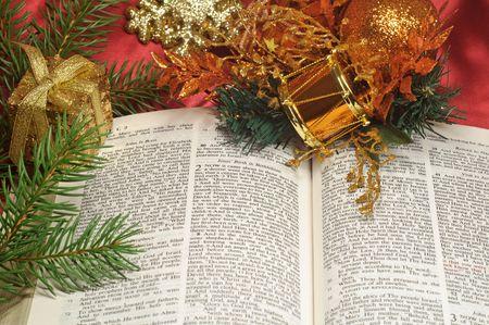 ルーク: お祝いデコレーションでルーク 2 のクリスマスの通路に聖書を開く 写真素材