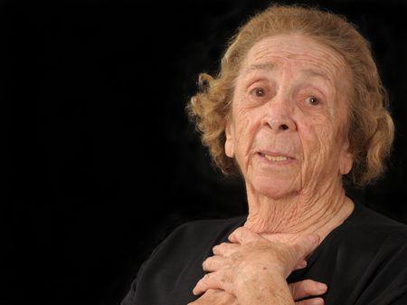 sgomento: Una donna anziana, stringendo il suo petto in sgomento