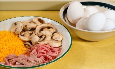 jamon y queso: Ingredientes para hacer las tortillas de huevos: huevos, queso, jamón, champiñones
