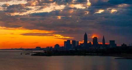 rising of sun: El sol toca la esquina de una torre de oficinas de casi silueteada en Cleveland Ohio