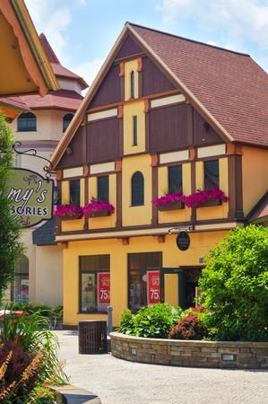 comida alemana: Frankenmuth, MI, EE.UU. - 28 de junio 2014: la arquitectura de estilo alem�n constituye el tel�n de fondo de River Place, una colecci�n recientemente establecida de tiendas y puntos de inter�s de esta ciudad de Michigan conocido mejor para la Navidad y la comida alemana.