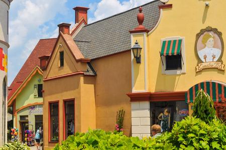 comida alemana: Bay City, MI - 28 de junio 2014: de estilo alem�n las formas arquitect�nicas del tel�n de River Place, una colecci�n recientemente establecida de tiendas y atracciones en esta ciudad de Michigan conocido mejor para la Navidad y la comida alemana.