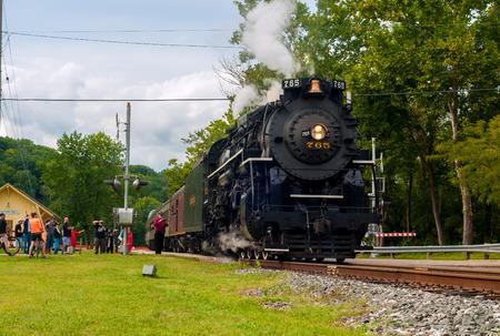 flashers: BRECKSVILLE, OH - 06 de septiembre 2014: Un tren de pasajeros tirado por el famoso NKP-765 locomotora de vapor sale de la estaci�n de Boston Molino en el Cuyahoga Valley Scenic Railroad. Editorial