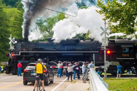 flashers: BRECKSVILLE, OH - 14 de septiembre 2014: Los espectadores ver como un vapor lodcomotive pasa un paso a nivel en el Cuyahoga Valley Scenic Railroad, parte del vapor anual en el valle.