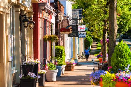 personas en la calle: HUDSON, OH - 14 de junio 2014: pintorescas tiendas y negocios que se remonta a m�s de una l�nea de siglo Hudson