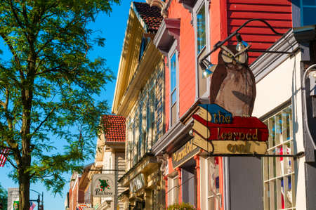 lernte: HUDSON, OH - 14. Juni 2014 Die Learned Owl Buchhandlung ist seit Jahrzehnten geliebt Befestigung der Innenstadt von Hudson und ist einer der wenigen bl�henden unabh�ngigen Buchh�ndlern in Nordost-Ohio Editorial