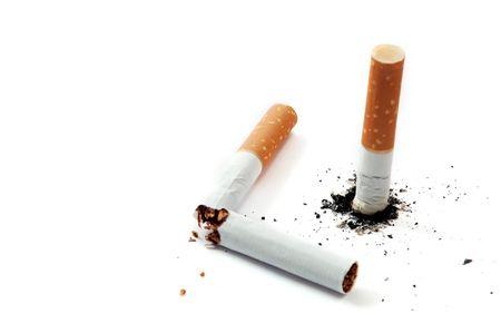 sigaret stub en broked sigaret op wit Stockfoto